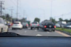 Defocus ou fundo do borrão com a estrada urbana do tráfego Vista interna Fotografia de Stock