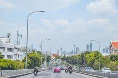 Defocus ou hors du trafic de vacances de foyer à l'entrée à la région de Sanam Luang de pont de Phra Pinklao, système de transpor photos stock