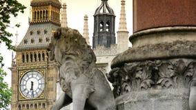 Defocus zwischen irgendeiner Anziehungskraft in London, Big Ben und Westminster Abbey stock video