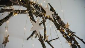 Defocused发光的诗歌选电灯泡,五颜六色的圣诞灯背景 庆祝 免版税库存图片