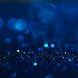 Defocused抽象蓝色点燃背景 Bokeh光 免版税图库摄影