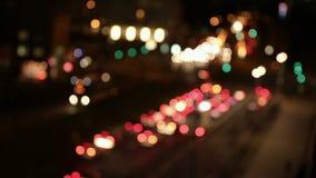Defocused汽车光在城市在晚上 股票视频
