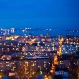 Defocused абстрактный город освещает в сумерк с рекой, refle Стоковые Изображения RF