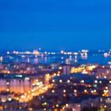 Defocused абстрактный город освещает в сумерк с рекой, refle Стоковая Фотография