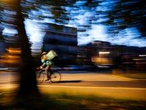 Defocused движение нерезкости велосипедиста Deliveroo задействуя быстро Стоковые Фотографии RF