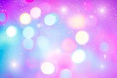 Defocused красочные ligths рождественской елки Пестротканые света bokeh во время снежности Предпосылка для поздравительной открыт Стоковое Изображение