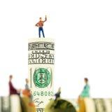 Defocused миниатюрное обсуждение figurines на краю куклы 100 Стоковое Фото