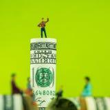 Defocused миниатюрное обсуждение figurines на краю куклы 100 Стоковое Изображение RF