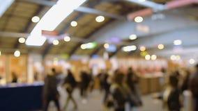 Defocused нерезкость силуэтов людей на выставке международной ярмарки сток-видео