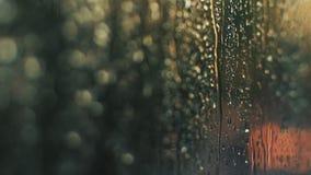 Defocused предпосылка города ночи, автоматические светофоры Запачканное изображение на дне захода солнца Меньший весенний дождь в сток-видео