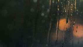Defocused предпосылка города ночи, автоматические светофоры Запачканное изображение на дне захода солнца Меньший весенний дождь в акции видеоматериалы