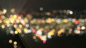 Defocused света города с Moving автомобилем испускают лучи предпосылка Bokeh сток-видео