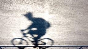 Defocused силуэт и тень велосипедиста Стоковые Изображения RF