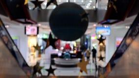 用不同的装饰和走的人民的Defocused商城 照相机上升  股票视频
