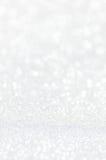Defocused абстрактный серебр освещает предпосылку Стоковое Фото