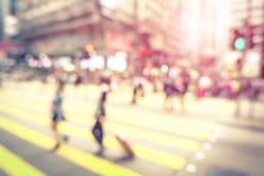 走在街道上的人被弄脏的defocused抽象背景  图库摄影