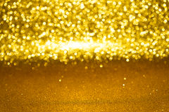 Defocused abstrakt guld- blänker med bokehbakgrund Royaltyfria Bilder