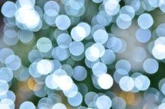 Defocused abstrakte blaue Weihnachtsleuchte Stockfotos