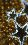 Defocused bakgrund för guld- jul Arkivfoto