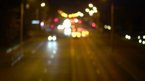 Defocused bakgrund för natttrafikljusbokeh arkivfilmer