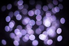 Defocused bakgrund för purpurfärgad bokeh Blänka runda bokehljus arkivfoto