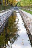 Defocused Bild des Kanals mit herbstlicher Baumreflexion im Wasser Lizenzfreies Stockbild