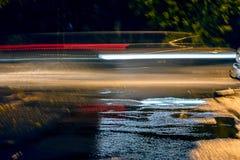 Defocused billjus på natten abstrakt backg för suddighetsnatttrafik Royaltyfri Foto