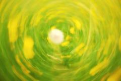 Defocused blommor och gräs i cirkelbakgrund Suddigt och de fokuserade den gula blomningen och grönt gräs Royaltyfri Fotografi