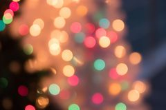 Defocused bokeh光背景圣诞节和新年Cele 图库摄影