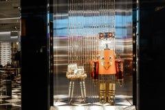 Defocused bokehfönsterskärm med roboten för Prada nära tunnelbanan i London arkivfoto