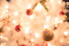 Defocused bokehljusbakgrund med garnering för jul a Arkivfoton
