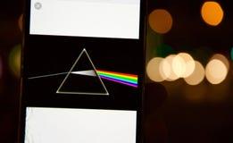 Defocused de Donkere Kant van Pink Floyd ` s van de Maanschijf op een mobiele telefoon met Bokeh-effect achtergrond Royalty-vrije Stock Afbeelding