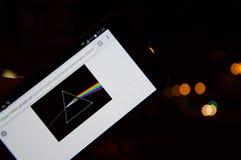 Defocused de Donkere Kant van Pink Floyd ` s van de Maanschijf op een mobiele telefoon met Bokeh-effect achtergrond Royalty-vrije Stock Fotografie
