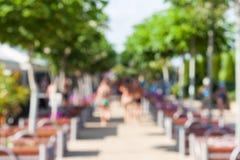 Defocused en vaag beeld De mensen lopen in het park Stock Foto