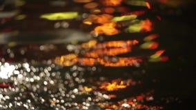 Defocused färgrik vattenyttersida på natten lager videofilmer
