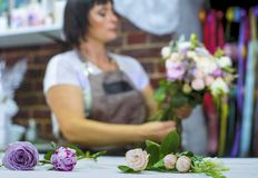 Defocused fachowego kwiaciarni ułożenia kwiatu ślubny bukiet w kwiecistego projekta studiu Zdjęcia Royalty Free