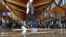 Defocused Froschperspektive-Leute am Flughafenabfertigungsgebäude stock video