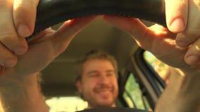Defocused gelukkige mens die zijn handen op leerstuurwiel zetten van de auto stock fotografie