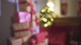 Defocused herrliche Aussicht auf eingewickelten Weihnachtsgeschenken stellt Stapel im Baum des neuen Jahres in verziertem festlic stock video footage