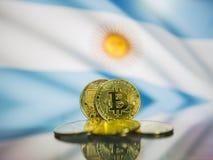 Defocused het Bitcoin gouden muntstuk en vlag van de achtergrond van Argentinië Virtueel cryptocurrencyconcept stock foto