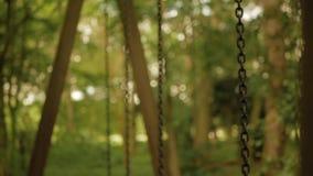 Defocused Huśtawkowi łańcuchy huśtają się wolno od strony strona zbiory