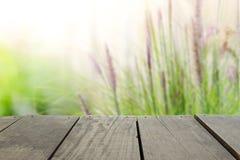Defocused i plama wizerunek tarasowy drewno i relaksuje ogród Fotografia Royalty Free