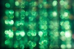 Defocused ilsken blick av solen till och med den Plexiglas abstrakt begreppgräsplanen Royaltyfri Foto