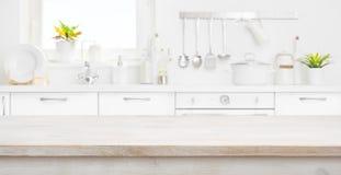 Defocused Küchenraum und -fenster mit hölzerner Tabelle in der Front stockfoto
