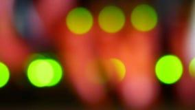 Defocused Lichter von modernen Arbeitsdaten-Servern mit Kabeln und blinkenden LED-Lichtern stock video footage