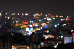 Defocused ljus och byggnad i nattetid Royaltyfri Foto
