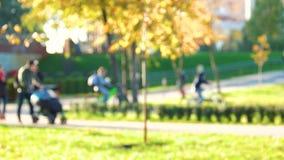 Defocused ludzie przy parkiem zbiory
