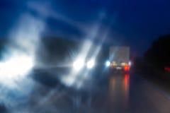 Defocused midnatt trafik royaltyfri bild