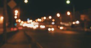 Defocused Nachtverkehr auf Überführungskardanringschuß stock video footage