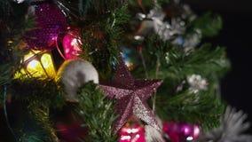 Defocused Nahaufnahme Weihnachtsbaum mit bunten Taschenlampen stock footage